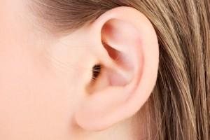 Hyaluronbehandlung am Ohr