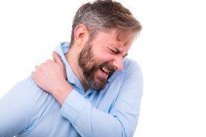 mann mit schulter schmerz